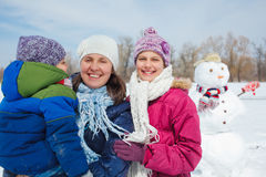 Семья делает снеговик Стоковое Фото