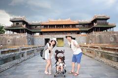 семья делает sightseeing на Fue Вьетнаме Стоковая Фотография RF