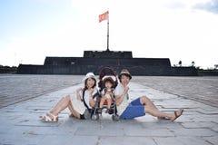 семья делает sightseeing на Fue Вьетнаме Стоковая Фотография