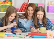 Семья делая домашнюю работу совместно Стоковые Фотографии RF