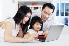 Семья делая онлайн ходить по магазинам дома Стоковые Изображения