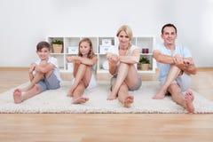 Семья делая протягивающ тренировки Стоковое фото RF
