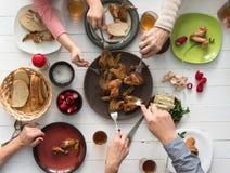 Семья жаря в духовке крыла цыпленк цыпленка для обедающего Стоковое Изображение