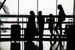 Семья ждет полет на семейный отдых стоковые фото