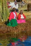 Семья живя на плавая островах Uros на озере Titicaca в pe Стоковое Изображение RF