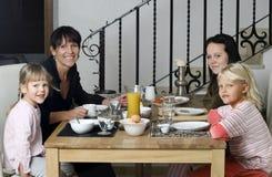 семья завтрака имея Стоковое Изображение RF