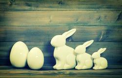 Семья зайчика пасхи и белые керамические яичка Винтажное оформление пасхи Стоковое Изображение RF