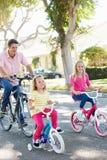 Семья задействуя на пригородной улице стоковая фотография rf