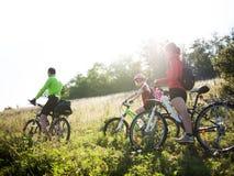 Семья задействуя outdoors Стоковое Изображение