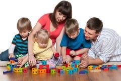Семья играет на поле Стоковые Изображения