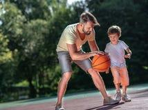Семья играя баскетбол outdoors стоковое изображение rf
