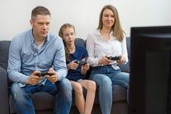 Семья играя видеоигру стоковое изображение rf