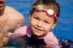 Семья играя в бассейне Стоковое Изображение
