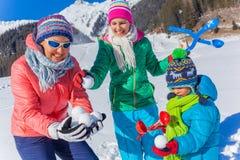 Семья играя в снеге Стоковое Изображение RF