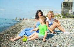 Семья играя на каменном пляже Стоковое Изображение