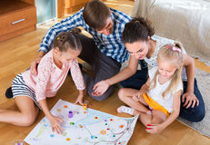 Семья играя на настольной игре Стоковые Фото