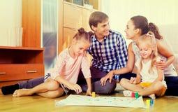 Семья играя на настольной игре Стоковые Изображения RF