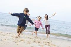 Семья играя на пляже совместно Стоковые Изображения RF