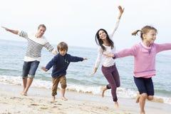 Семья играя на пляже совместно Стоковые Изображения