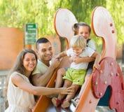 Семья играя на скольжении детей Стоковое Фото