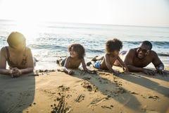 Семья играя совместно на пляже Стоковое Изображение