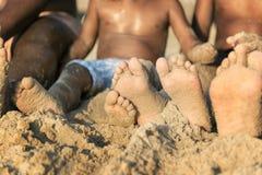 Семья играя совместно на пляже Стоковая Фотография RF
