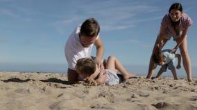 Семья играя совместно на пляже видеоматериал