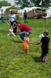 Семья играя старомодную игру Стоковое Изображение