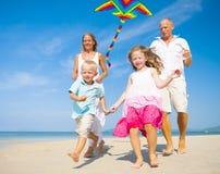 Семья играя с змеем Стоковая Фотография RF