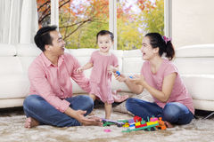 Семья играя с игрушками в живущей комнате Стоковая Фотография RF