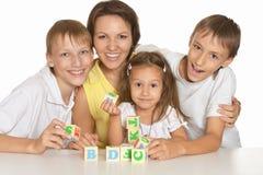 Семья играя с кубами Стоковое Фото