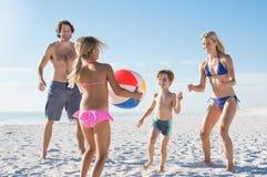Семья играя с шариком стоковая фотография