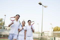 Семья играя теннис, портрет Стоковая Фотография RF