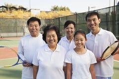Семья играя теннис, портрет Стоковые Изображения