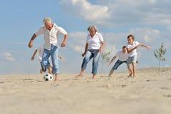 Семья играя футбол стоковое изображение rf