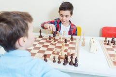 Семья играя шахматы в комнате турнира стоковая фотография