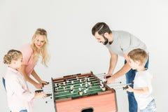 Семья играя foosball Стоковая Фотография RF