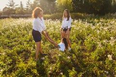 Семья играя outdoors в лете стоковое изображение rf