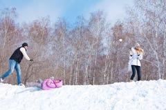 Семья играя snowball Стоковые Фотографии RF