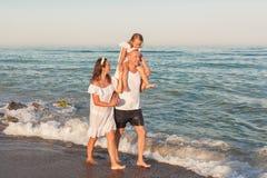 Семья идет вдоль seashore Стоковое Изображение RF