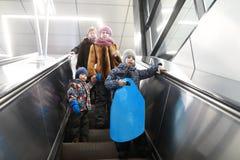 Семья идет вниз с метро стоковые фото