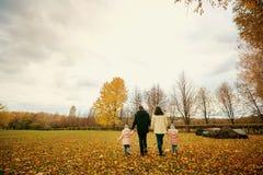 Семья идет в парк в осени Стоковое Фото
