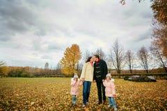 Семья идет в парк в осени Стоковое Изображение RF