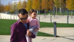 Семья идет в парк видеоматериал
