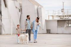 Семья идет с собакой Стоковое Фото