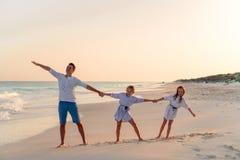 Семья идя на белый тропический пляж на карибском острове стоковое изображение