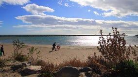 Семья идя на среднеземноморской пляж в Франции акции видеоматериалы