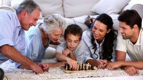 Семья из нескольких поколений играя шахмат акции видеоматериалы