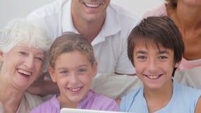 Семья из нескольких поколений смотря ТВ акции видеоматериалы