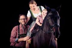 Семья из трех человек с их лошадью Стоковое Изображение